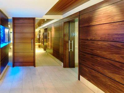 Листовые стеновые панели - горизонтальные в холле